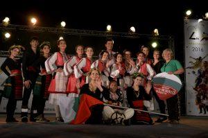"""Удоволствие е да бъдеш на една сцена с Танцова формация """"СОФИСТИК-ЖИВО"""" с ръководител Елина Топалска (със зелената тениска в дясно). Под нейното вещо ръководство Формацията е изградила богат репертоар, представяйки български народни танци от всички етнографски области, танци на народите, съвременни танцови стилове и техники. Групата е носител на множество награди от редица национални и международни фестивали и конкурси."""